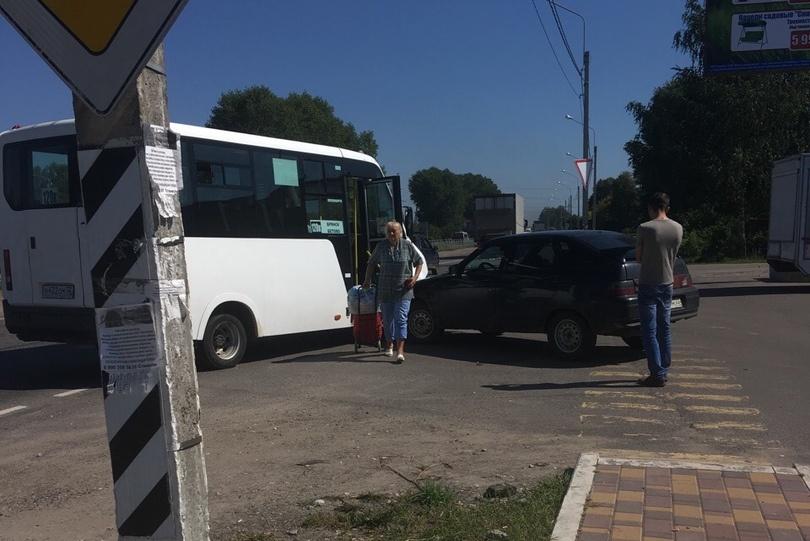 В Глинищево легковушка врезалась в автобус