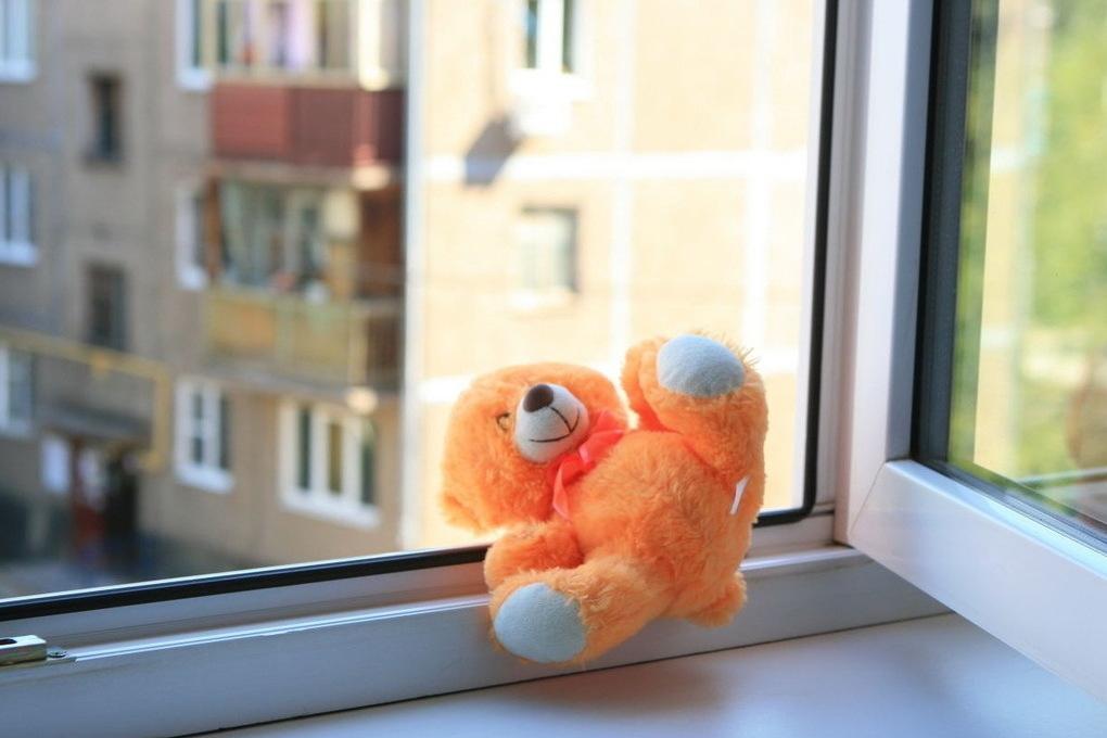 В Брянске 5-летняя девочка выпала из окна и разбилась насмерть