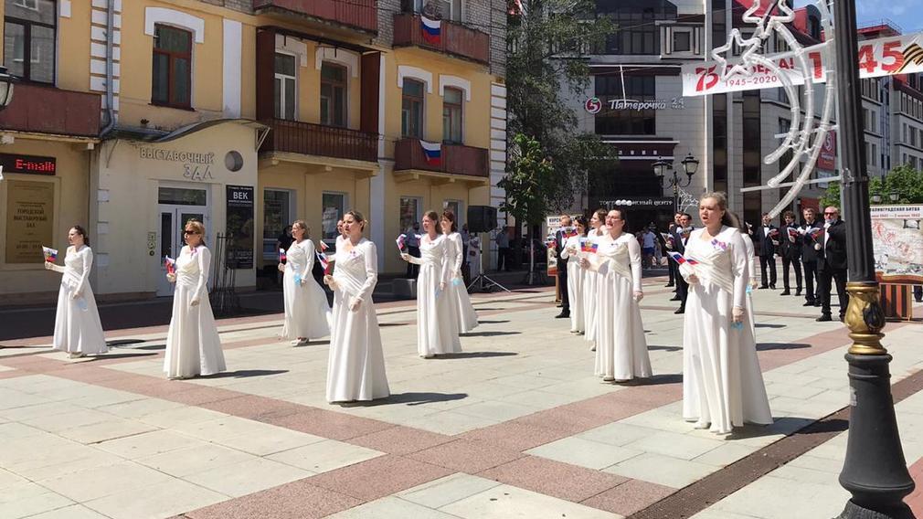 Брянский хор исполнил гимн России на бульваре Гагарина