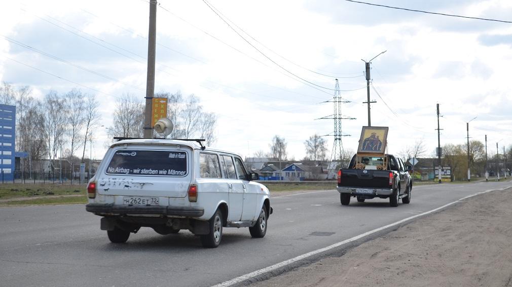 В Климово священнослужители провели на автомобилях крестный ход