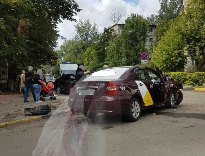 В Брянске на Димитрова произошло жуткое ДТП с участием «Яндекс.Такси»