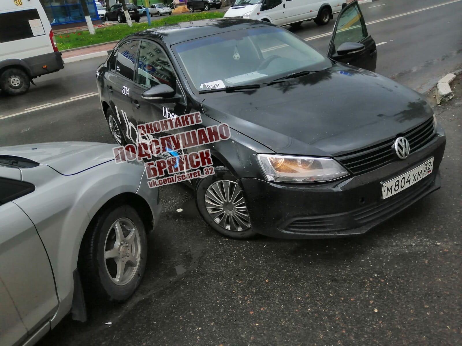 На площади Партизан в Брянске такси попало в ДТП