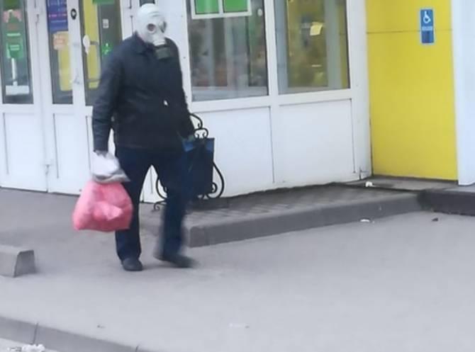 В Выгоничах люди ходят за продуктами в противогазах