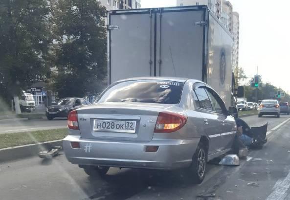 На проспекте Московском в Брянске столкнулись иномарка и фургон