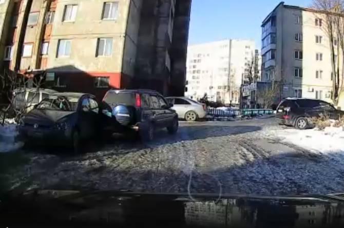 В Брянске неизвестный водитель врезался в легковушку и скрылся