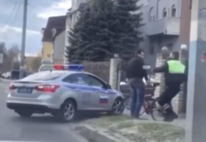В Брянске сняли на видео погоню гаишника за велосипедистом