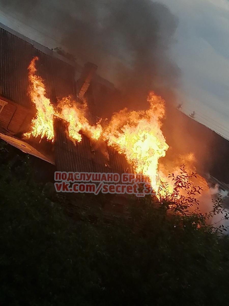 В Бежицком районе Брянска сгорели жилой дом и сарай