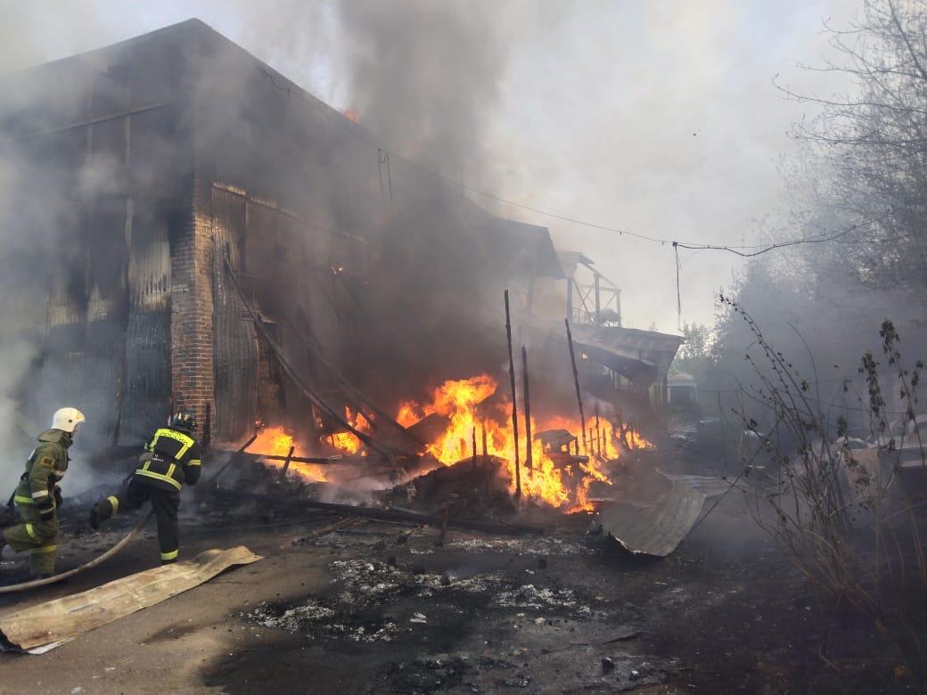 В Брянске на Сталелитейной сгорел заброшенный дом