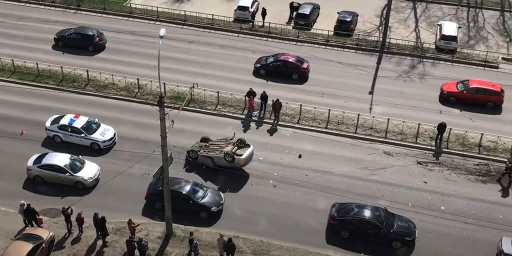 В Фокинском районе в массовом ДТП возле школы №28 перевернулся автомобиль