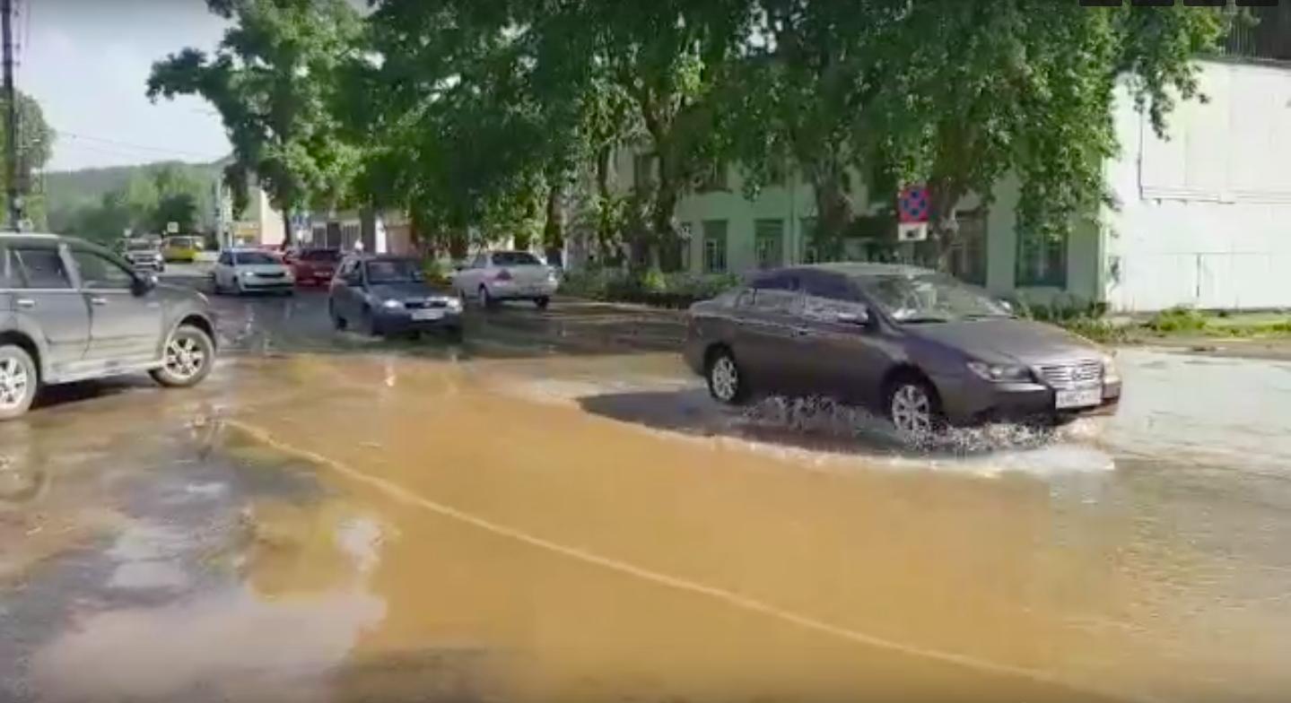 В Бежицком районе из-за прорыва трубы затопило 5 домов по переулку Почтовому