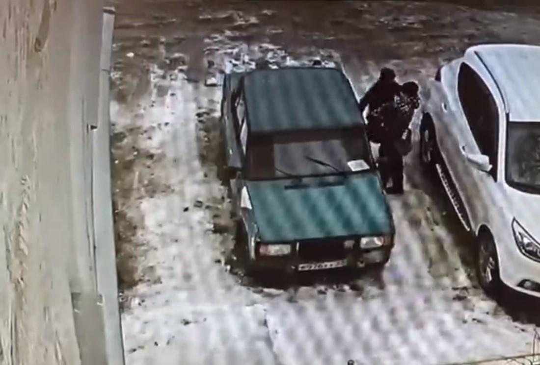 В Брянске школьники разгромили легковой автомобиль в Фокинском районе