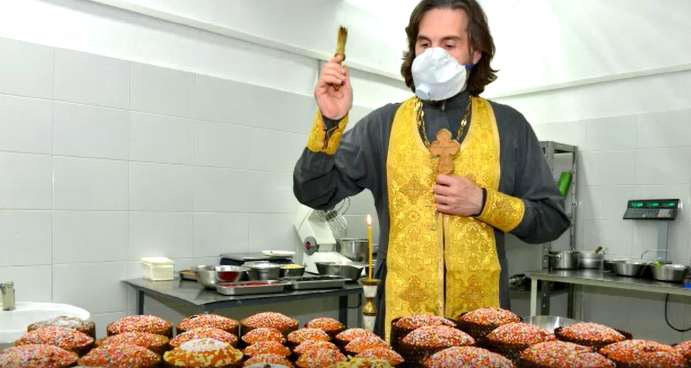 В брянском магазине домашней еды «Мир вкуса» освятили пасхальные куличи