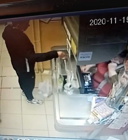 В магазине Брянска сняли на видео афериста