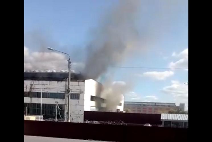 В Брянске сняли на видео пожар возле БМЗ