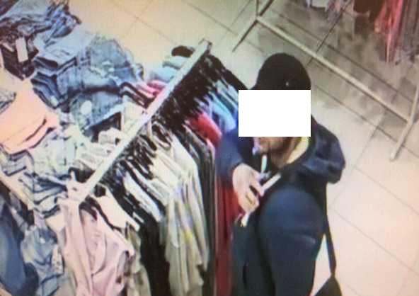 В брянском торговом центре сняли на видео кражу женской одежды