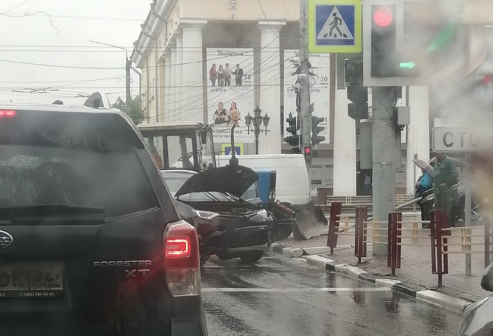 В центре Брянска возле ЦУМа столкнулись трактор и легковой автомобиль