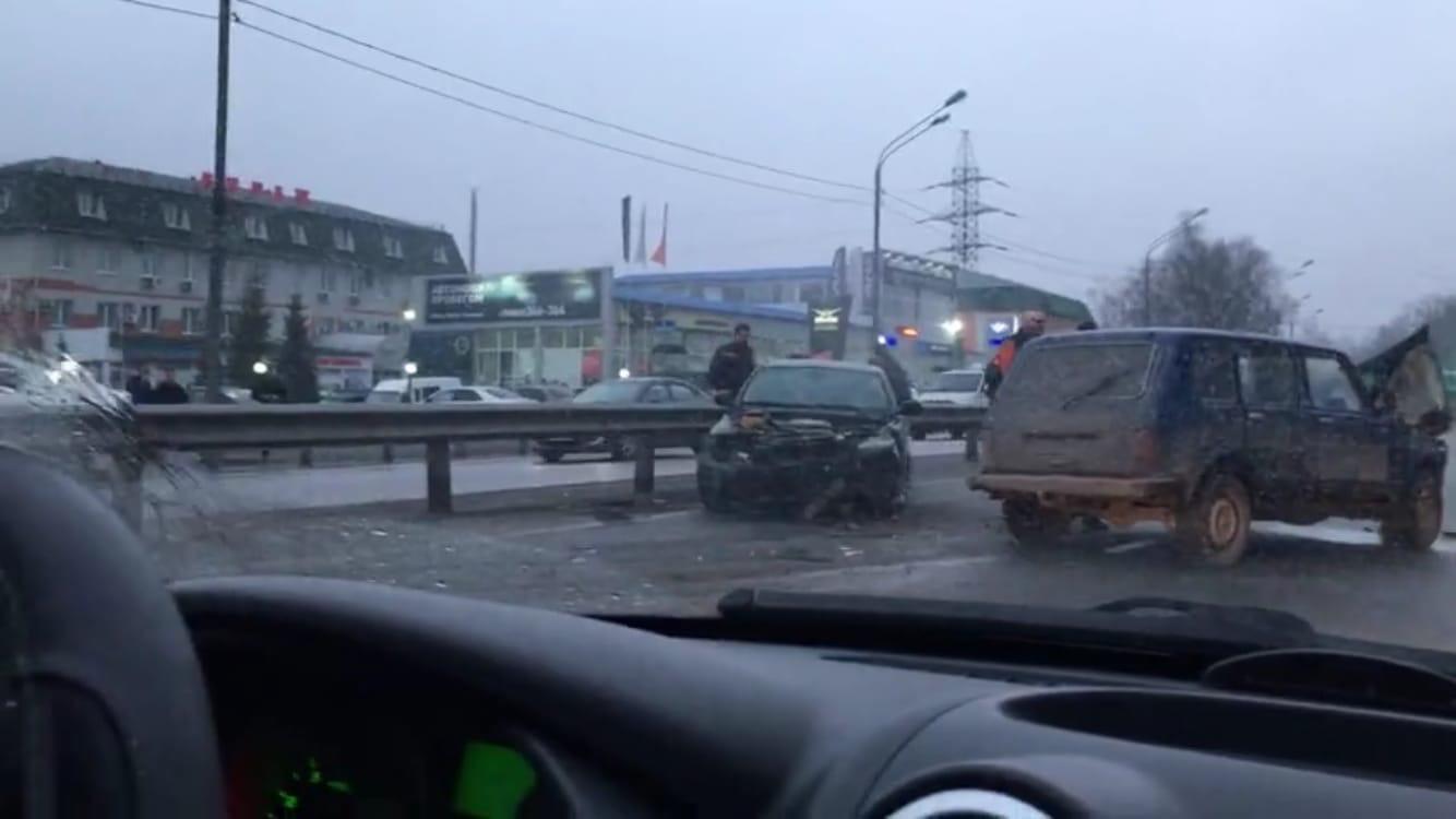 В Брянске на кольце Телецентра столкнулись BMW и «Нива»