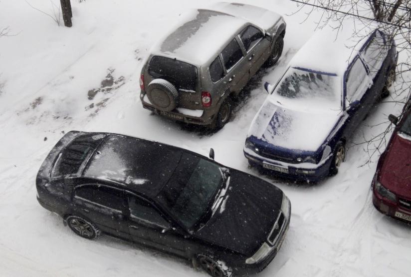 В городе Клинцы автоледи разбила припаркованную иномарку и скрылась
