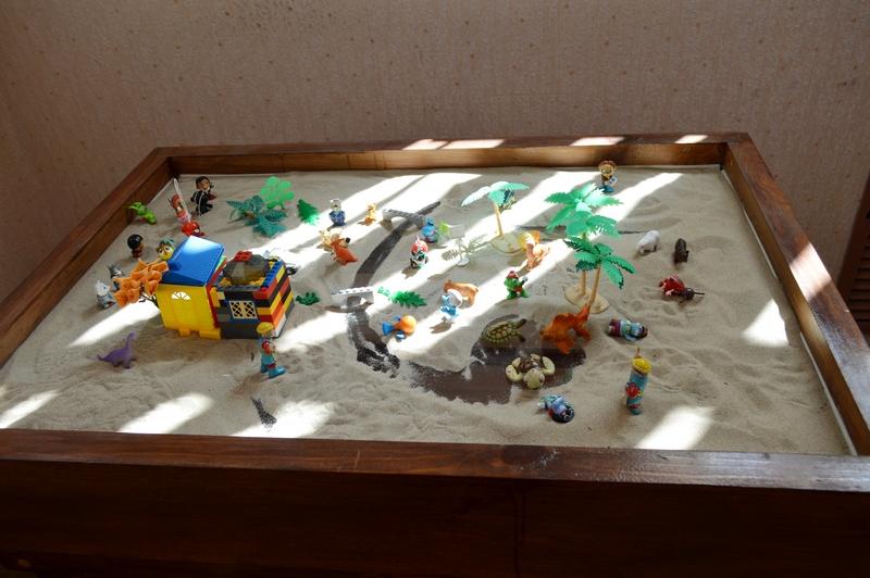 Брянские заключеные занимаются с психологами методом песочной терапии