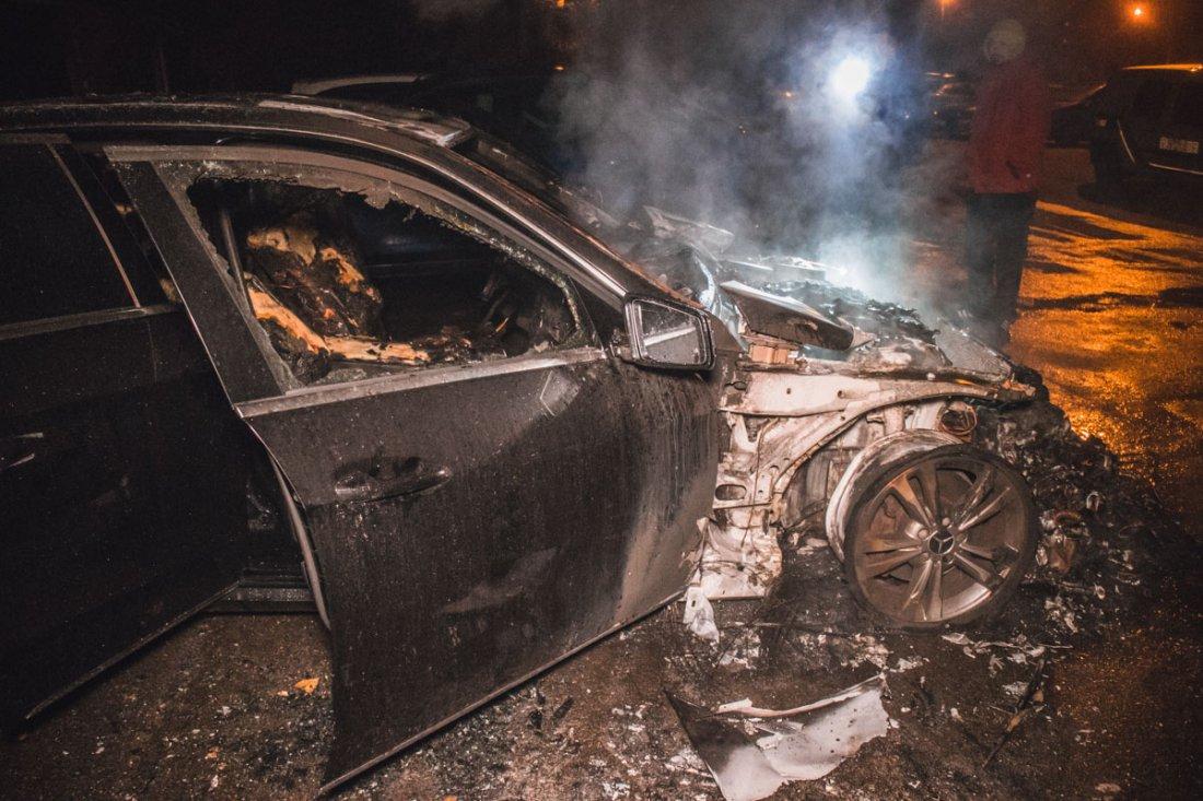 На улице Петровской в Брянске ночью сгорел автомобиль Mercedes-Benz