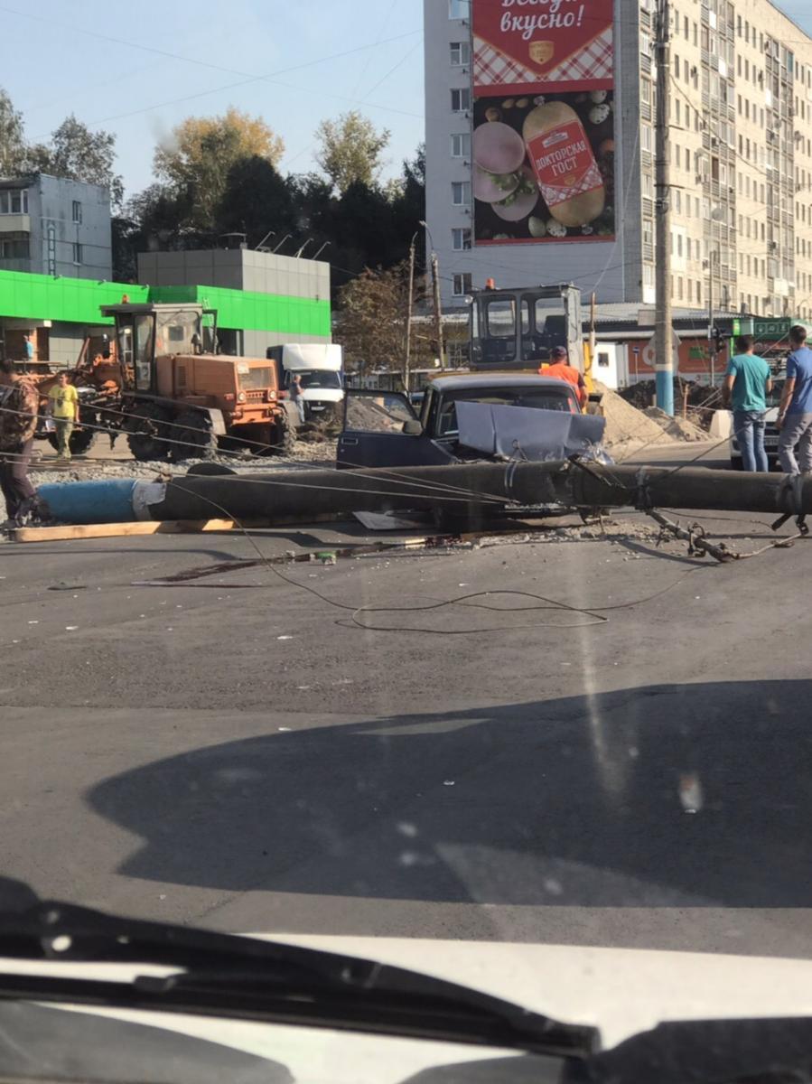 В Брянске 40-летний водитель чудом выжил после падения столба