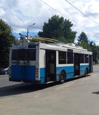 В Брянске 69-летний мужчина упал троллейбусе и сломал плечо