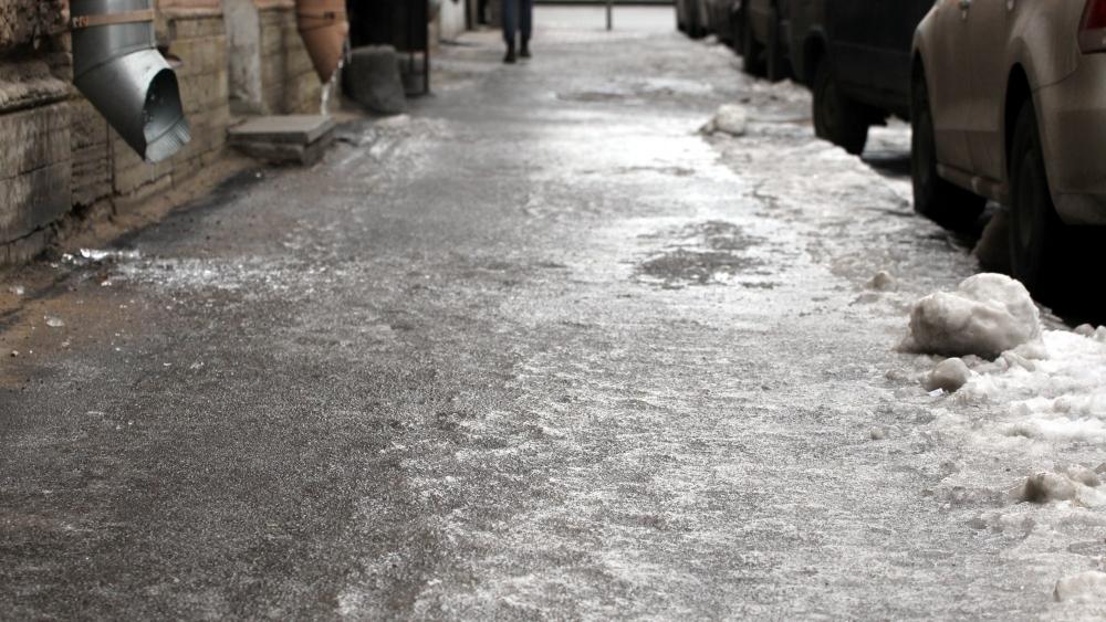 Гололед блокировал работу мусоровозов в Брянске