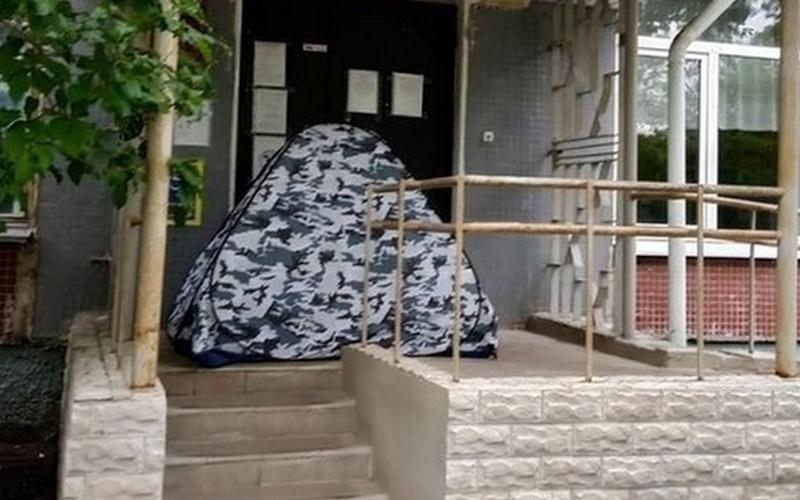 Женщина ночевала перед больницей, чтобы записать ребенка к врачу