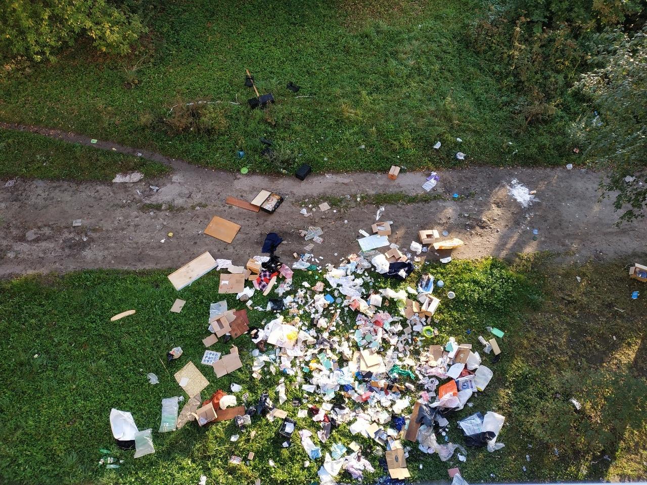 В Брянске жильцы многоэтажки выбрасывают мусор из окна