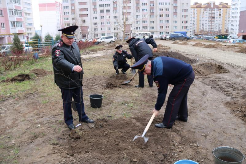 Полицейские высадили аллею памяти на улице Романа Брянского