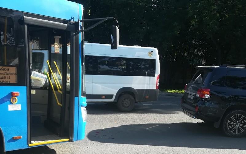 В Брянске пассажирский автобус протаранил Toyota Land Cruiser