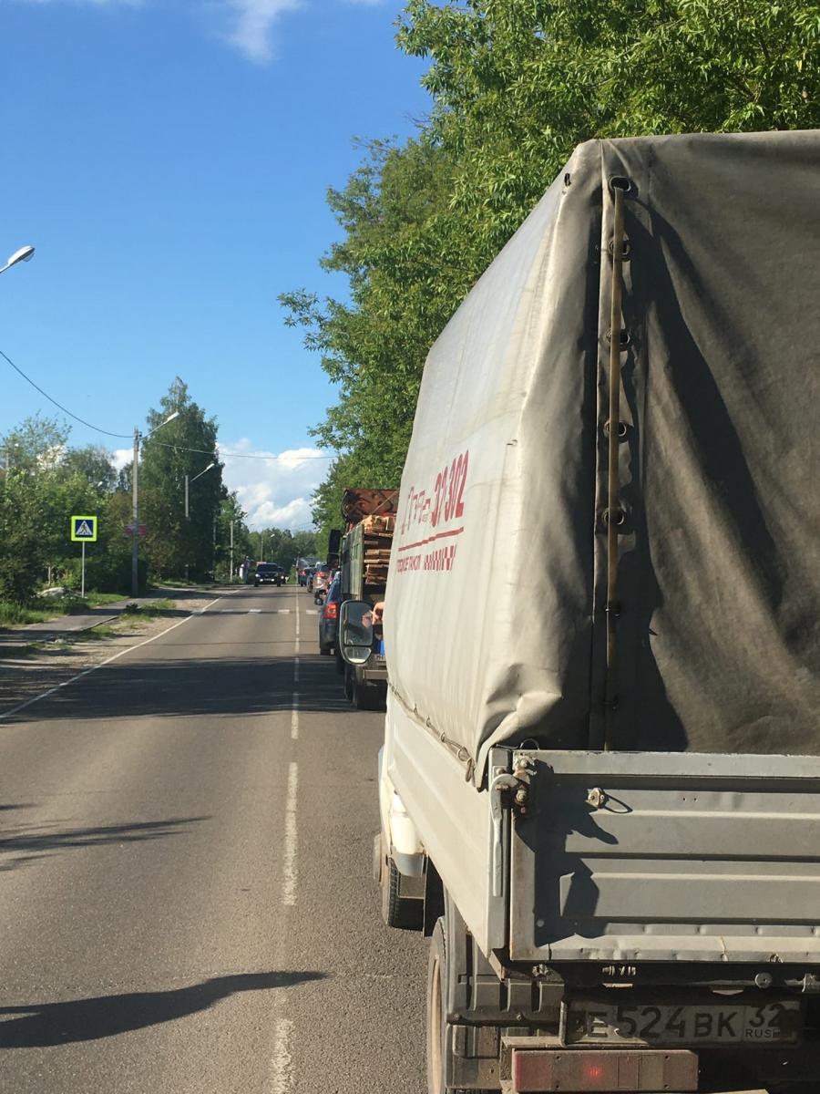 На выезде из села Толмачево образовалась огромная пробка