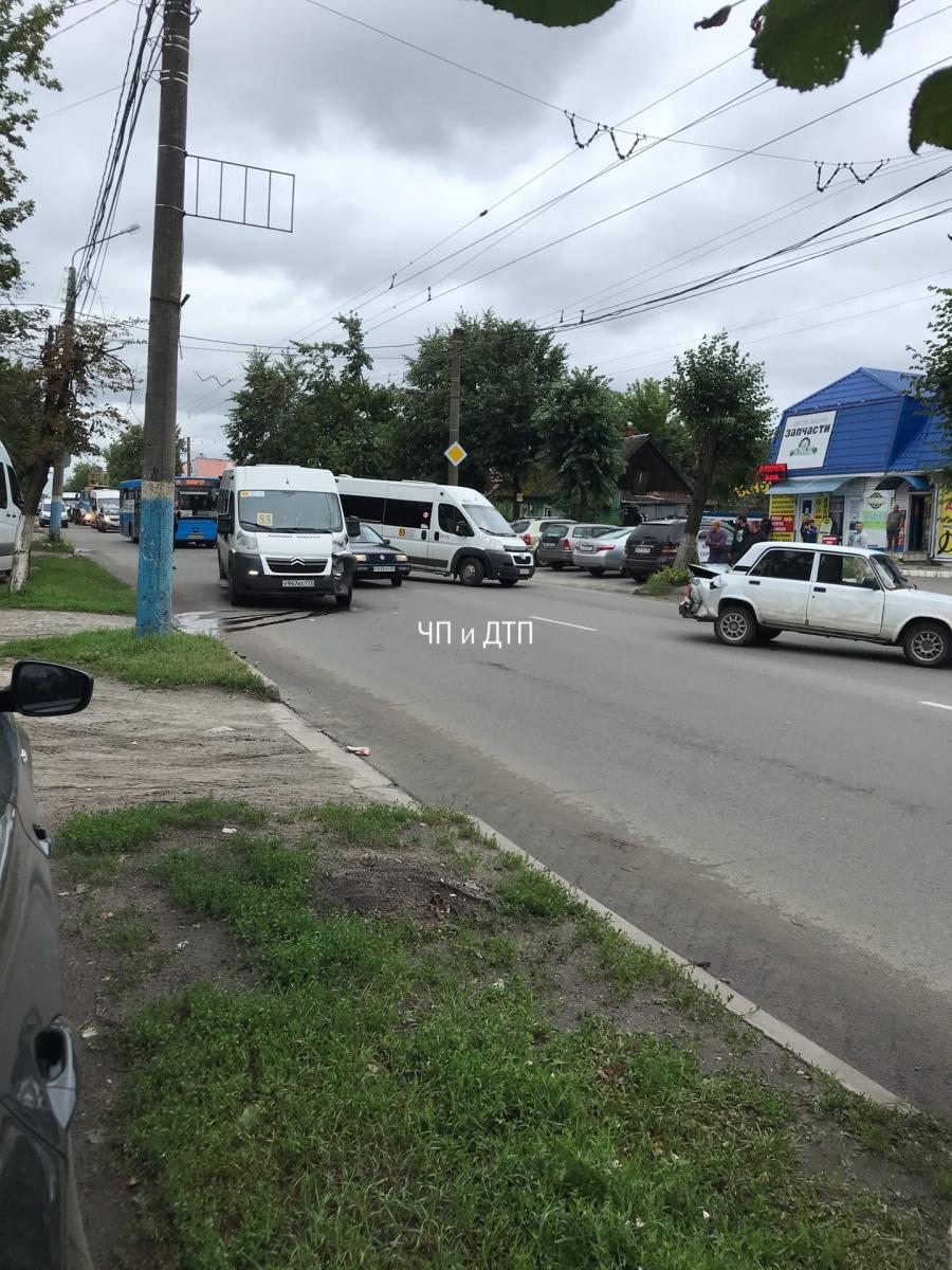В Брянске из-за ДТП возле рынка образовалась гигантская пробка