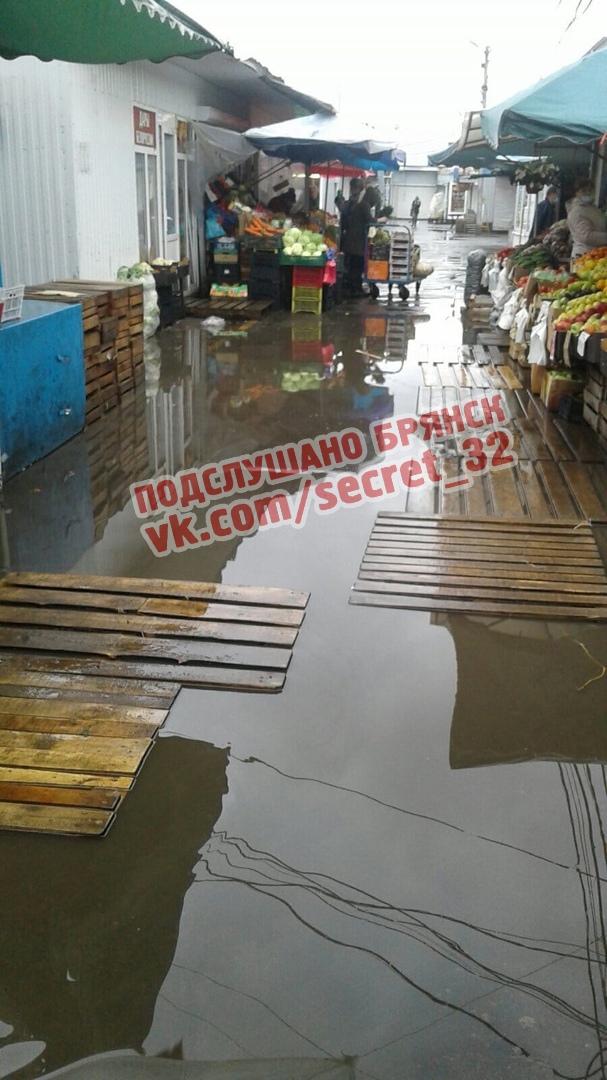 В Брянске затопило территорию Володарского рынка