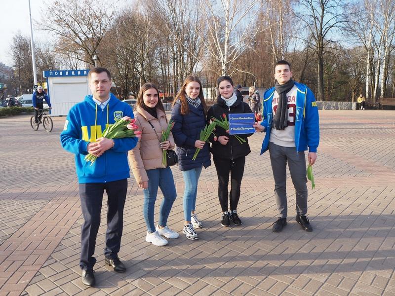 Брянские женщины получают букеты тюльпанов отЛДПР