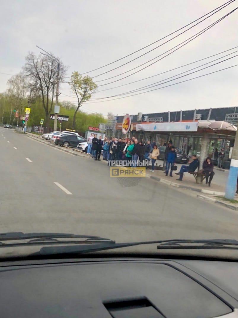 Толпа людей на остановке возмутила соблюдающих карантин брянцев