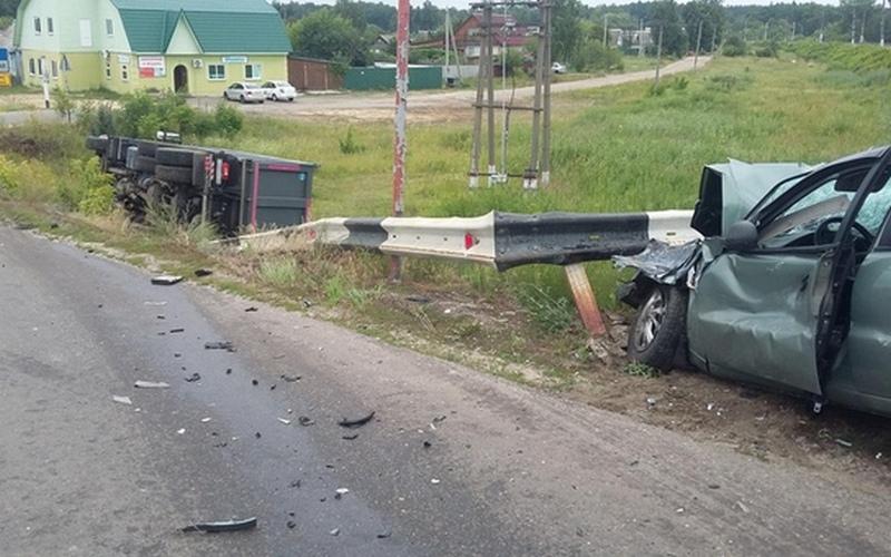 В Суземке грузовик врезался в иномарку и опрокинулся