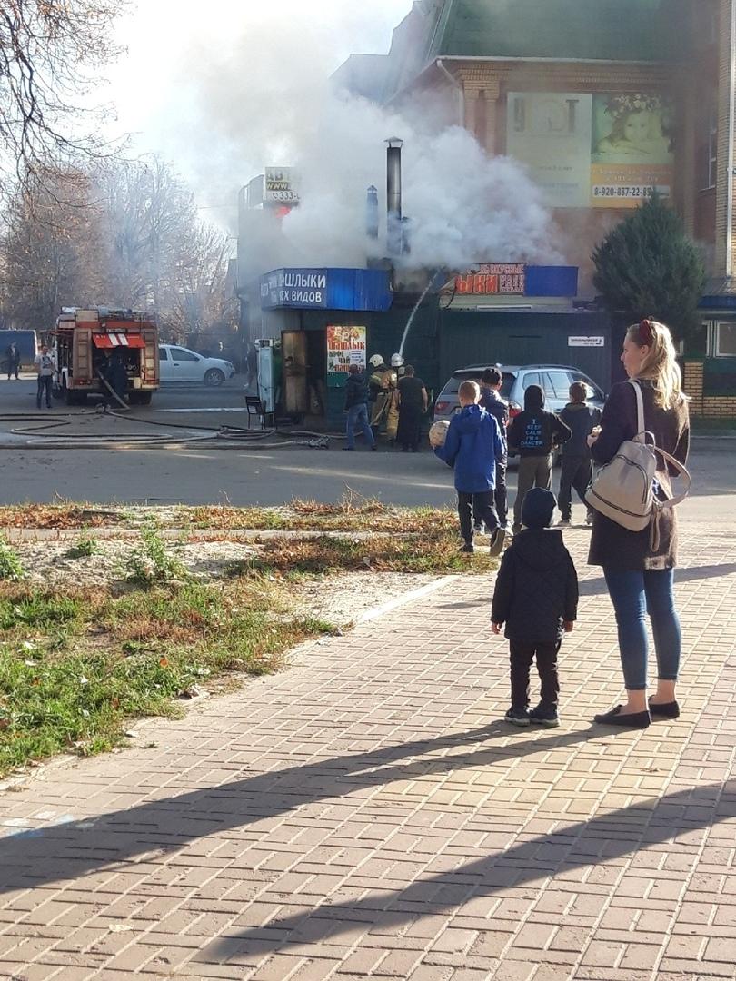 В Бежицком районе Брянска горит шашлычный киоск