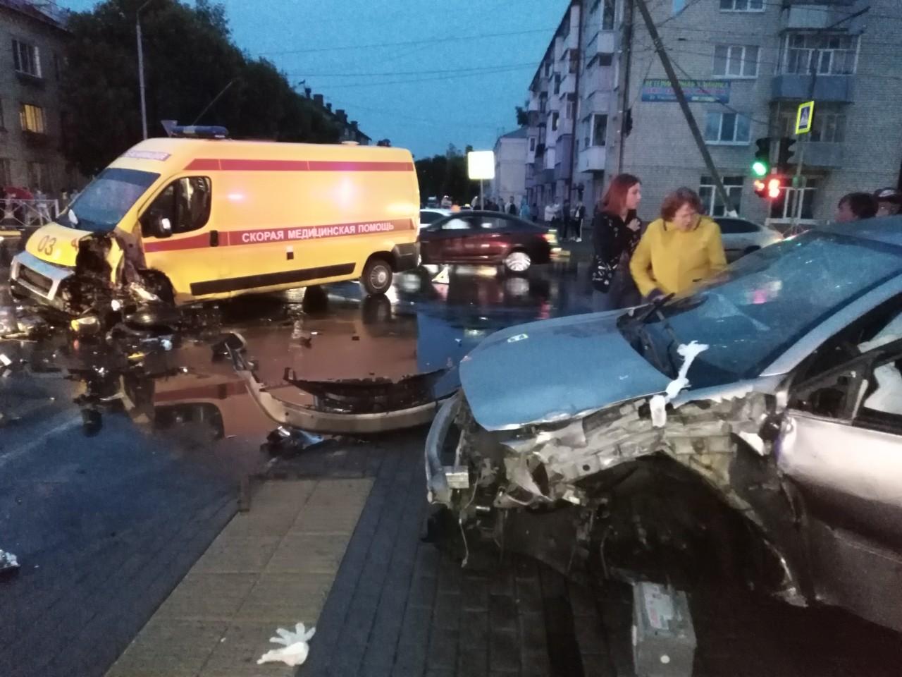 В Брянске иномарка врезалась в «скорую» и снесла дорожный знак