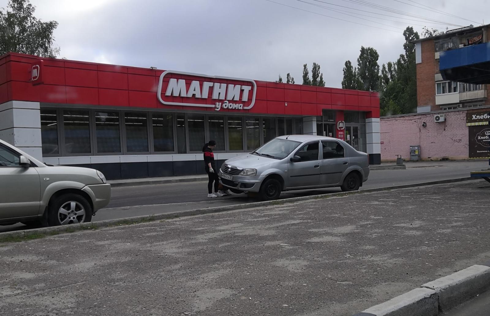 В Брянске автоледи на иномарке повисла на полусфере