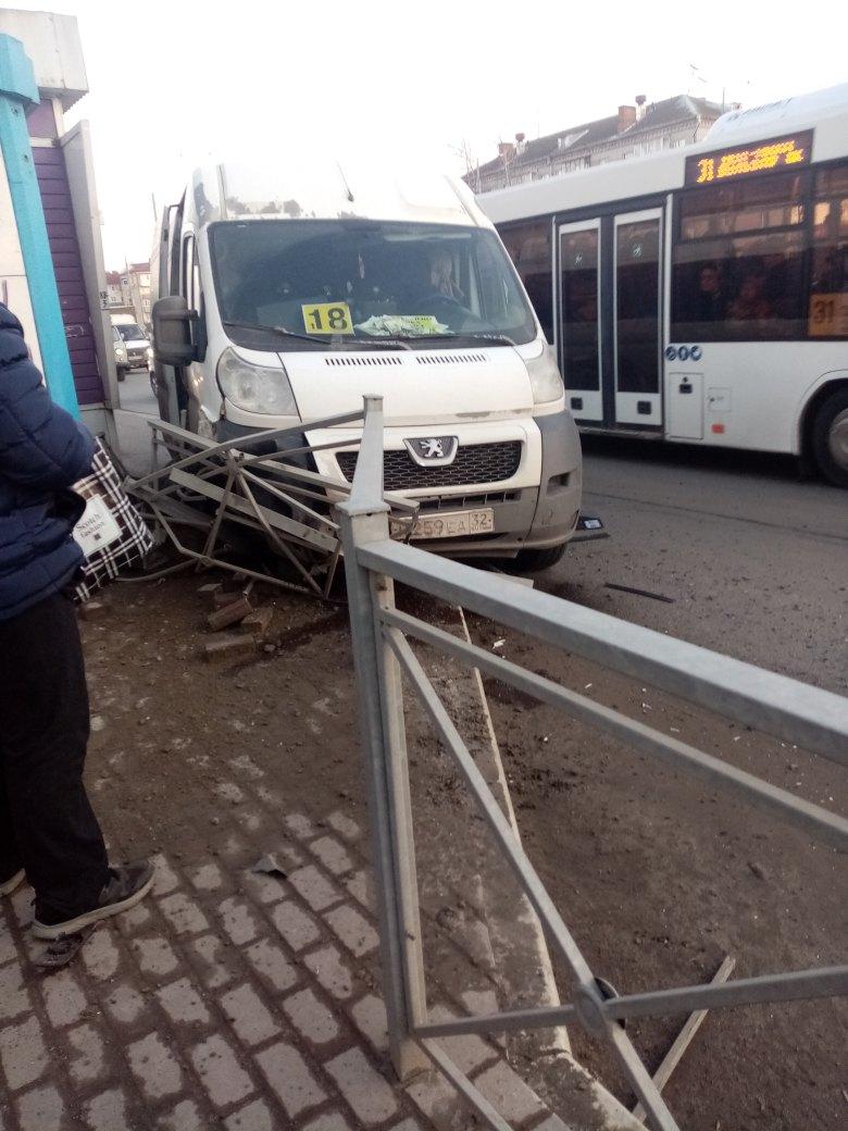 В Фокинском районе Брянска маршрутка №18 врезалась в забор