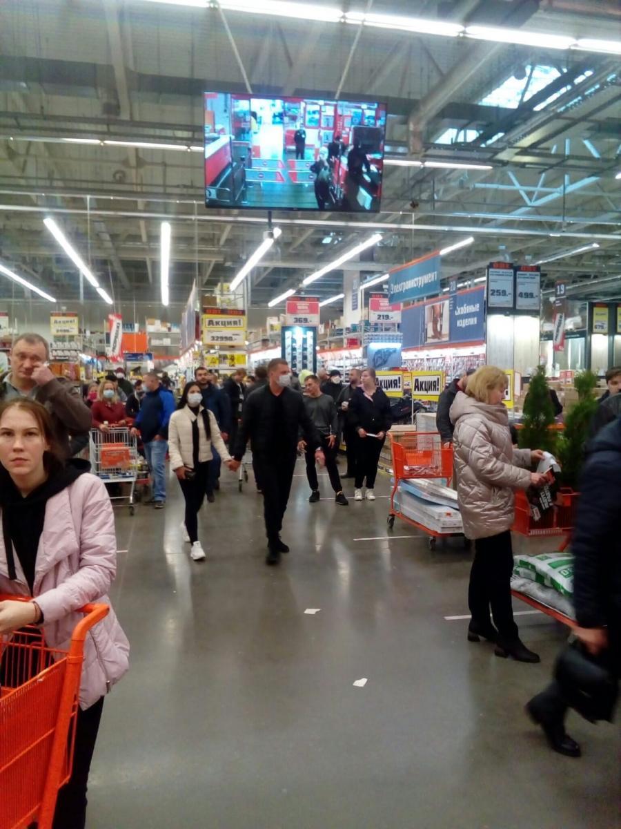 Самоизолированные брянцы побежали в гипермаркет «ОБИ»