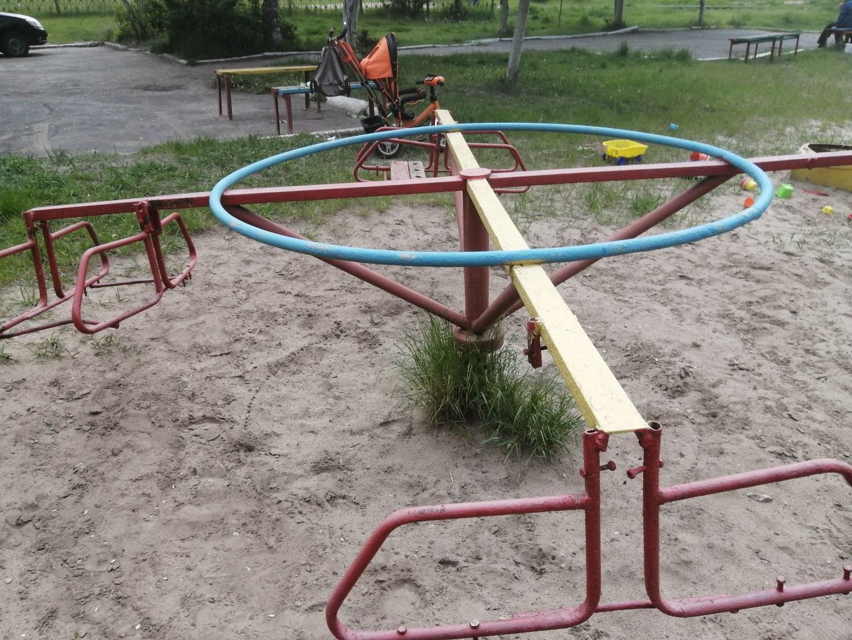 В Брянске появились детские качели-убийцы