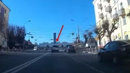 В Брянске водителя маршрутки оштрафовали за проезд на красный
