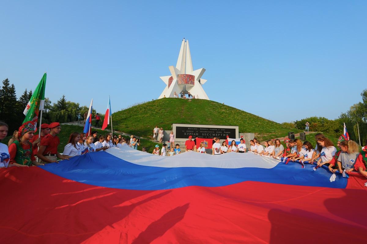 В Брянске развернули огромный российский триколор