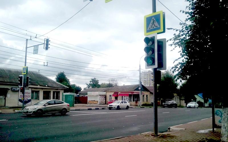В Брянске на Дуки появился светофор с кнопкой