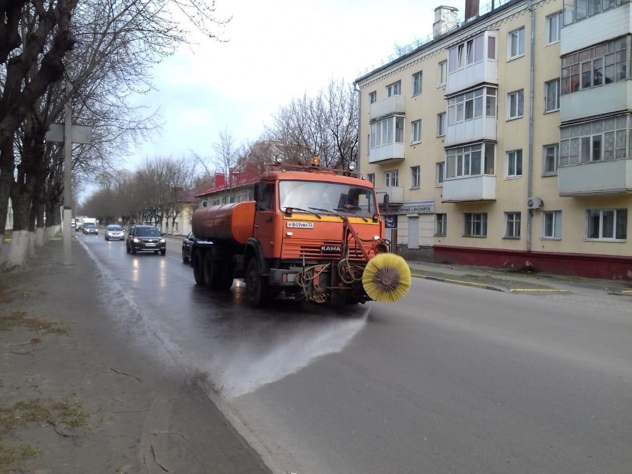 В Брянске начали чистить дороги с применением моющих средств