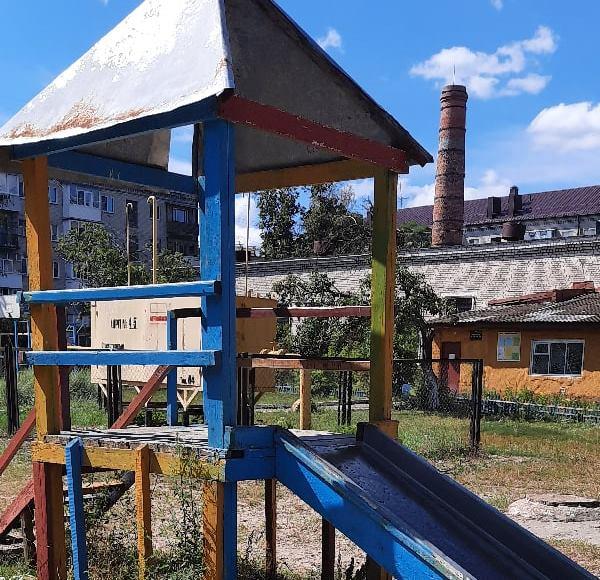 В Брянске нашли «зону отчуждения» со сгнившей детской площадкой