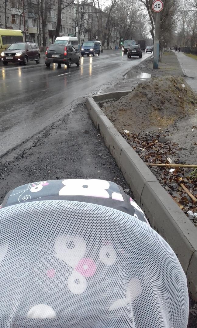 В Брянске маму с коляской шокировал бордюр