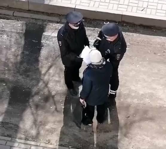 В Брянске полицейские остановили пенсионерку, которая нарушила режим самоизоляции